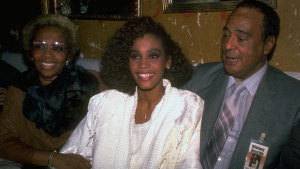 Whitney Houston la 22 de ani, in 1985, alaturi de mama Cissy si tatal John Russell Houston