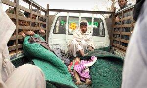 Panjwai district un barbat isi plange rudele ucise de soldatul american